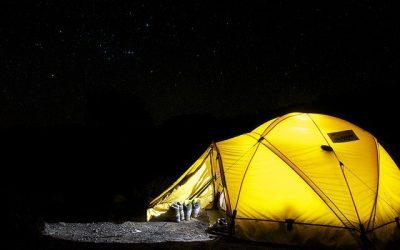 Notion de camping vacances: s'évader et apprendre auprès des autres